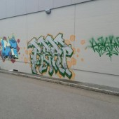 Graffiti an der Supermarkt-Mauer