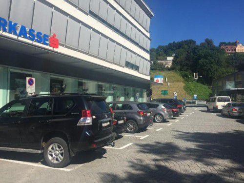 Frisch markierte Flächen zeigen, wo geparkt werden darf.