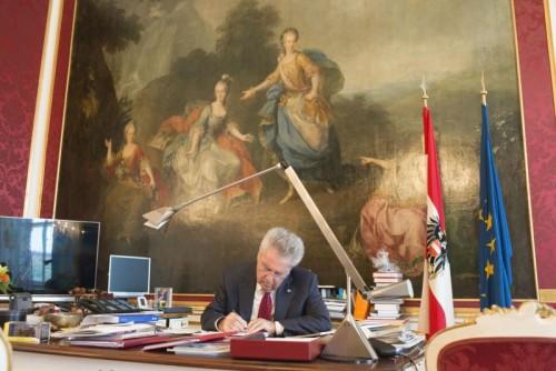 Heinz Fischer in seinem Büro in der Hofburg: Im Interview erklärt er, dass die direkte Demokratie nicht als Vehikel verwendet werden darf, um Emotionen anzufachen.