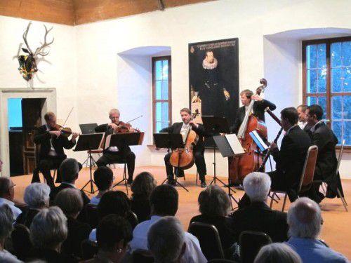 Hochkarätige Musiker spielen im Rittersaal.