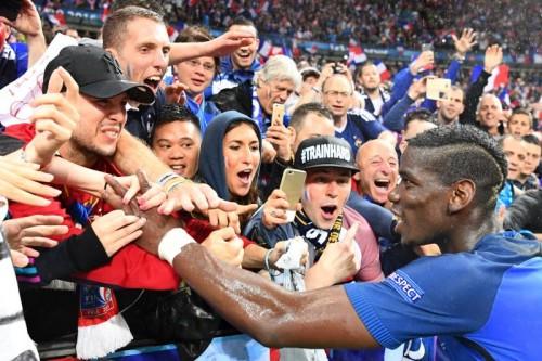 Im EM-Gastgeberland Frankreich ist endgültig die Fußballeuphorie ausgebrochen. Unser Bild zeigt Mittelfeldspieler Paul Pogba nach dem Kantersieg im Viertelfinale beim Feiern mit den Fans.