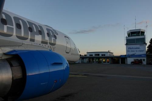 Im Sommer fliegt die People's Embraer 170 weniger oft nach Wien, aber umso öfter ans Mittelmeer.