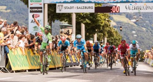 Im spektakulären Massensprint in Salzburg am Rudolfskai setzte sich der Italiener Nicola Ruffoni durch und übernahm die Führung.