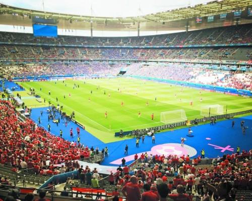 Im Stade de France kämpfen die Mannschaften um den Sieg.