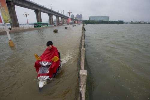 In China, Pakistan und Indien wüten schwere Unwetter, die zu Überschwemmungen und Erdrutschen führen.