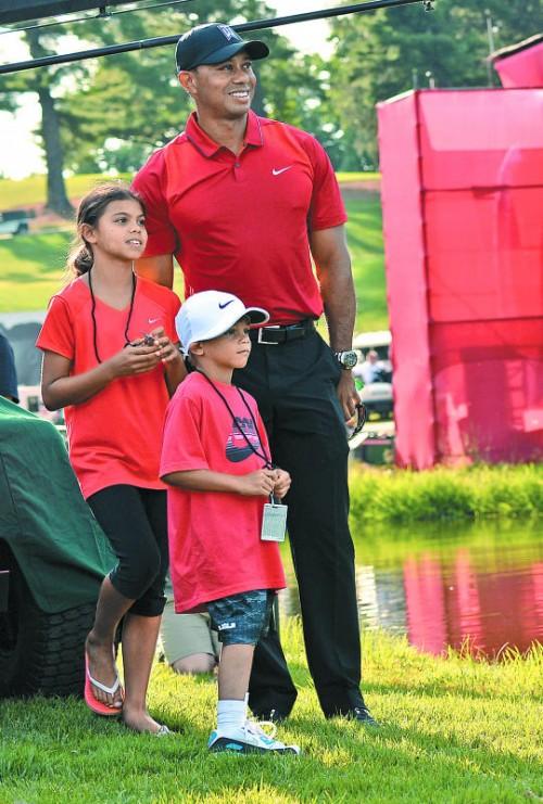 In der Zuschauerrolle: Tiger Woods mit seinen Kindern.