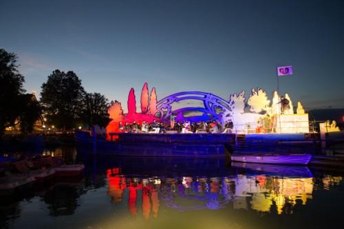 """In Erinnerung an den Start der Bregenzer Festspiele wurde """"Bastien und Bastienne"""" gestern Abend wiederum auf einem Kahn aufgeführt."""