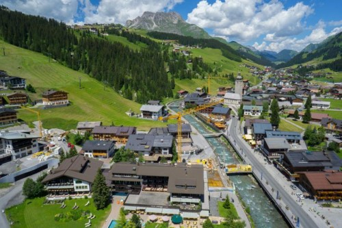 Krane prägen derzeit das Ortsbild von Lech. Die Tourismusgemeinde freut sich im Sommer über steigende Gästezahlen.