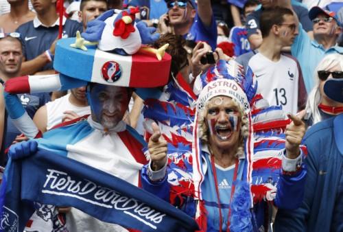 Lyon, 26. Juni. Den Franzosen kann es im Fußballzirkus gar nicht verrückt genug zugehen. Alles ist erlaubt, so lange es laut und extravagant ist.