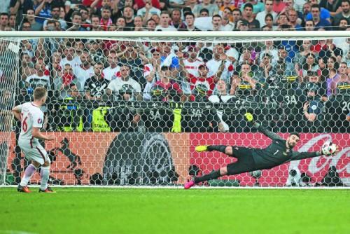 Portugals Elfmeter-Held Rui Patricio parierte nach 120 insgesamt enttäuschenden Minuten den Schuss von Polens Jakub Blaszcykowski.