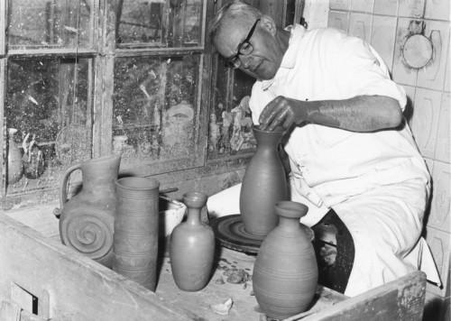 Raith in seiner Keramikwerstatt in Schwarzach.