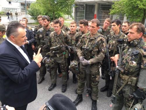 Verteidigungsminister Hans Peter Doskozil im Gespräch mit Vorarlberger Soldaten. Die Frage nach der dürftigen Ausrüstung steht im Mittelpunkt.