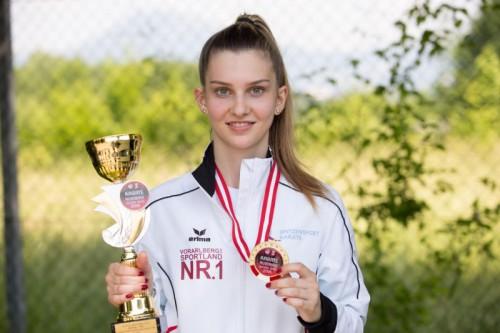 Vivien Moric mit Medaille und Siegerpokal