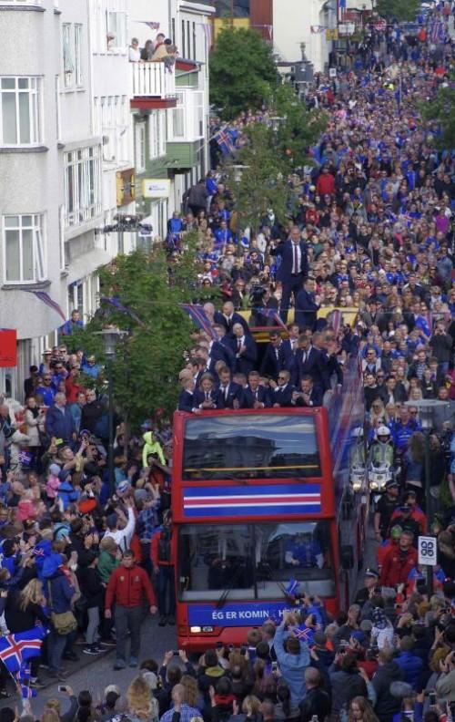 Welch ein Empfang: Islands Fußballhelden wurde eine ausschweifende Jubelfeier zuteil.