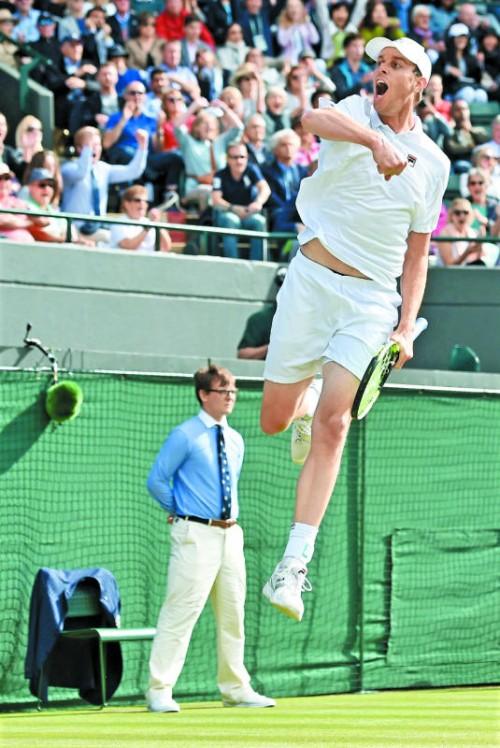 Wem die Stunde schlägt: Außenseiter Sam Querrey warf in der dritten Runde von Wimbledon Favorit Novak Djokovic aus dem Bewerb.