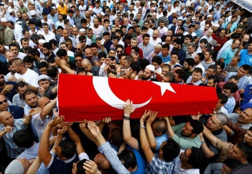 Zahlreiche Trauernde tragen den Sarg eines Todesopfers des Terroranschlags in Istanbul.
