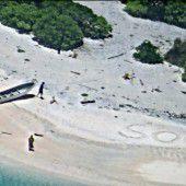 SOS-Nachricht im Sand rettet Gestrandete