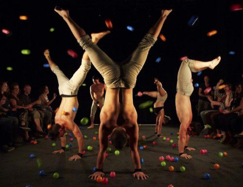 Die Auftritte sind schlicht gestaltet, sodass die akrobatischen Kunststücken im Zentrum der Aufmerksamkeit liegen.