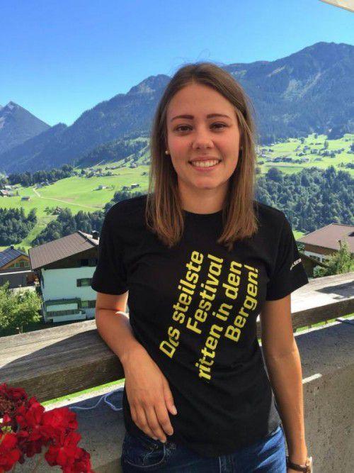 Die junge Schlinserin schätzt das herrliche, sommerliche Landschaftsbild an ihrem Arbeitsplatz in Blons.