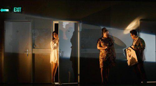 Donna Elvira (Camila Titinger) mit Donna Anna (Oksana Sekerina) und Don Ottavio (Dashual Chen).