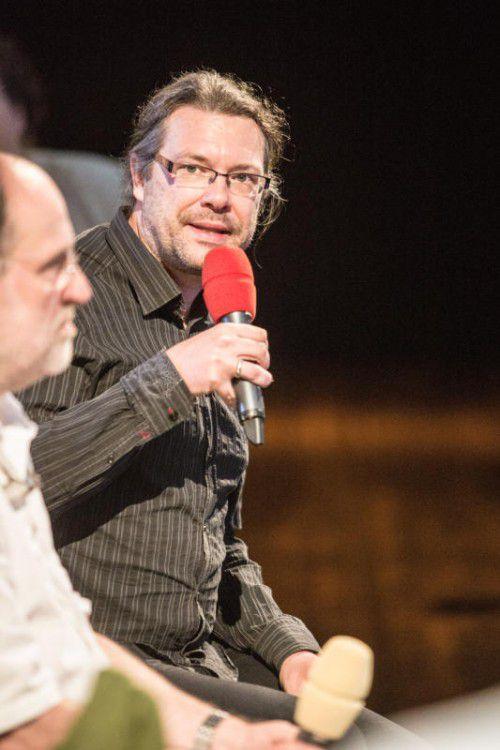 Simon Meusburger hat seine Laufbahn als Regieassistent beim Spiel auf dem See in Bregenz begonnen.