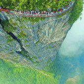 Spaziergang am Abgrund: Die gläsernen Plattformen im chinesischen Zhangjiajie Nationalpark sind nur etwas für schwindelfreie Touristen