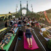 Yogastunde auf der Freiheitsbrücke in Budapest