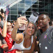 Fan-Auflauf bei Stippvisite der Bayern-Stars in Ingolstadt