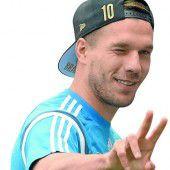 Lukas Podolski spricht ein Stachelschwein