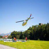 Hubschrauber im Anflug auf Tostner Burg