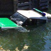 Polizeiauto rutscht ab und versinkt  im See