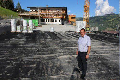 Hotelier Heribert Klauser auf dem Dach der Doppeltiefgarage.