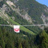 Jugend für das Leben organisierte eine Plakataktion auf einer Brücke
