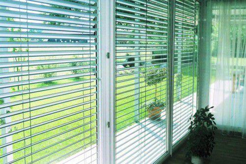 Raffstore. Auch Raffstore bieten Schutz vor direkter Sonneneinstrahlung und Überhitzung von Wohnräumen. Fotos: ATRIUM®, Rainer Sturm_pixelio.de, Shutterstock