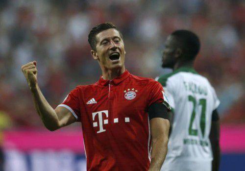 Robert Lewandowski jubelt. Der Pole erzielte beim Auftaktsieg des FC Bayern München gleich drei Treffer.