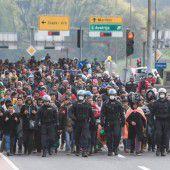 Grenzbalken auf für Menschlichkeit
