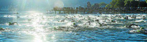 Traumkulisse beim Start des Trans Vorarlberg Triathlons im Strandbad Bregenz. Zahlreiche Zuschauer genossen die Morgenstimmung und feuerten die Athleten um acht Uhr früh an.