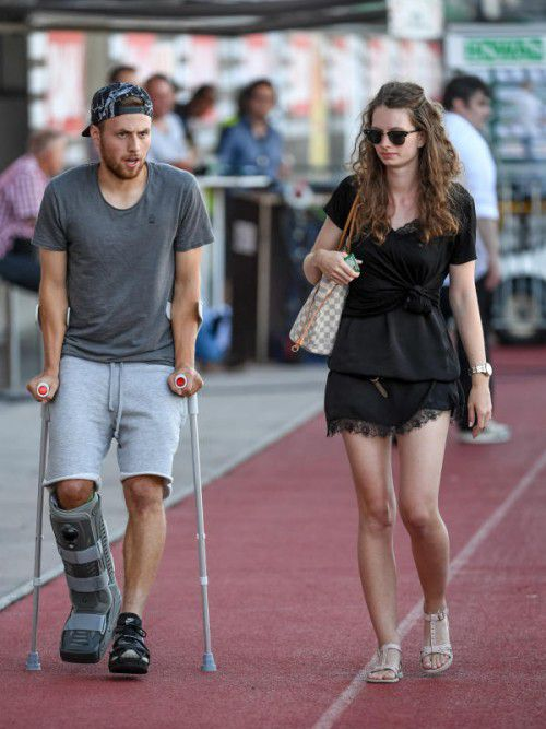 Wieder bei der Mannschaft: Julian Wießmeier schaute mit seiner Freundin Caroline beim Spiel vorbei.