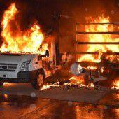 Lieferwagen samt Anhänger in Flammen