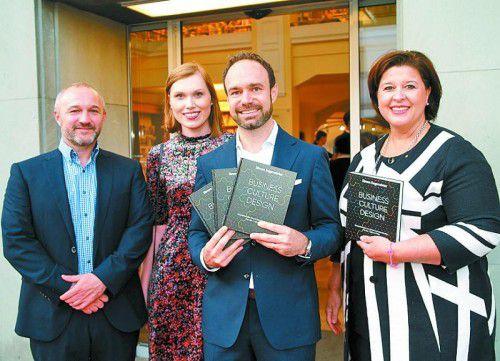 Buchautor Simon Sagmeister (Mitte) mit Karolina, Thomas Haller und Verena Brunner-Loss (Buchhandlung Brunner). Fotos: sie