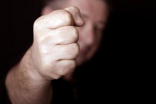 Der Geschäftsführer eines Lokals wurde in eine handfeste Rauferei verwickelt und weist jede Verantwortung zurück. symbol