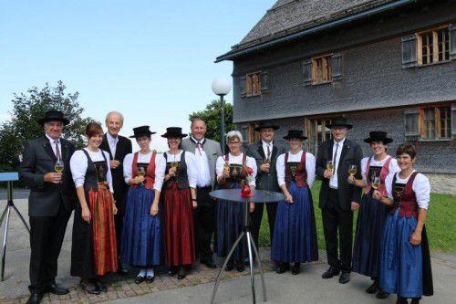 Die Sulzberger Trachtenträgerinnen stießen mit den Ehrengästen auf ihr Jubiläum an.