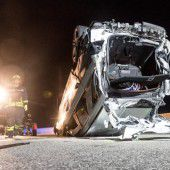Crash auf A 1: Eine Tote und sieben Verletzte