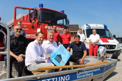 Hochwasser-Sicherheitsrunde in einem Boot. Vorne sitzend (v. l.): Mathias Speckle (Rheinbauleitung), LR Erich Schwärzler, Bgm. Kurt Fischer.