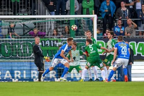 Konsternierte Austria-Spieler nach dem Führungstreffer von Mario Kröpfl (Zweiter von links). Foto: gepa