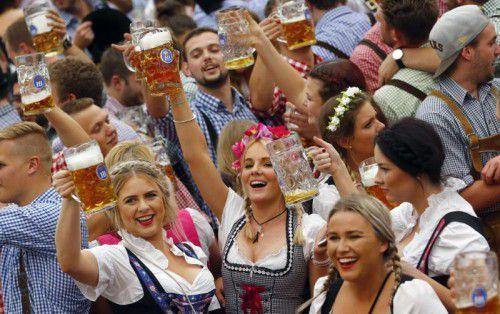 Das Oktoberfest in München zieht jährlich Millionen Besucher an. Nun soll der Maßpreis bei 10,70 Euro für drei Jahre gedeckelt werden. Foto: AP