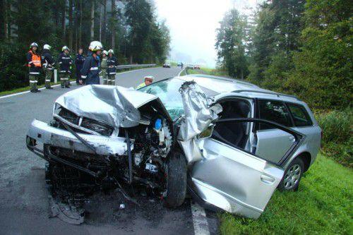 Schlimmes Ende einer Übungsfahrt: drei Verletzte und Totalschaden an den unfallbeteiligten Fahrzeugen. Foto: vol.at/Vlach