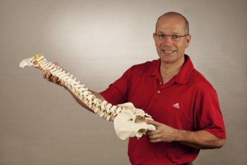 Therapeut Jelle Zandveld kennt sich mit der Anatomie des Menschen aus.   Foto: Kurt Pöchler