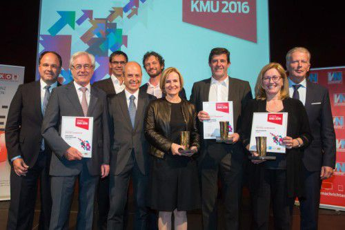 KMU-Preisträger 2016 mit Vizekanzler Mitterlehner, LH Wallner und Chefredakteur Riedmann. VN/Steurer