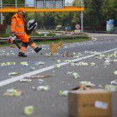 Lkw verliert auf Autobahn Glühbirnen